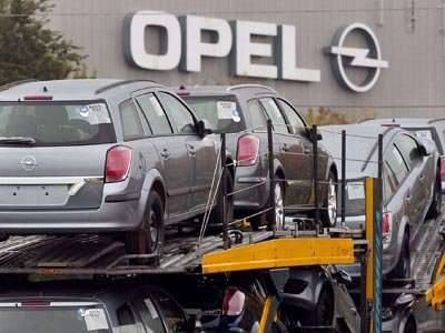 truck-carrying-cars-opel
